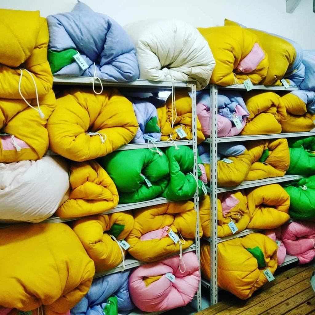 棚いっぱいの羽毛布団