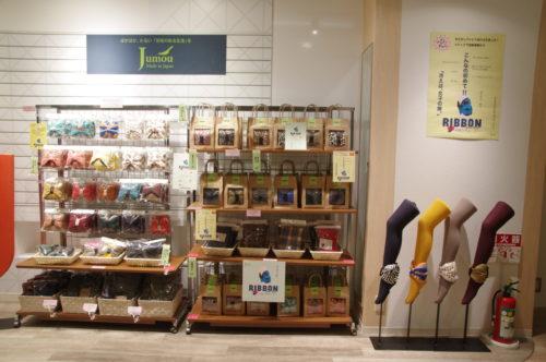 商品棚とブランドロゴを配置した壁